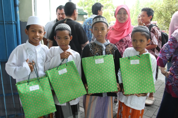 Setelah registrasi, peserta mendapatkan hadiah karena sudah berani sunat!