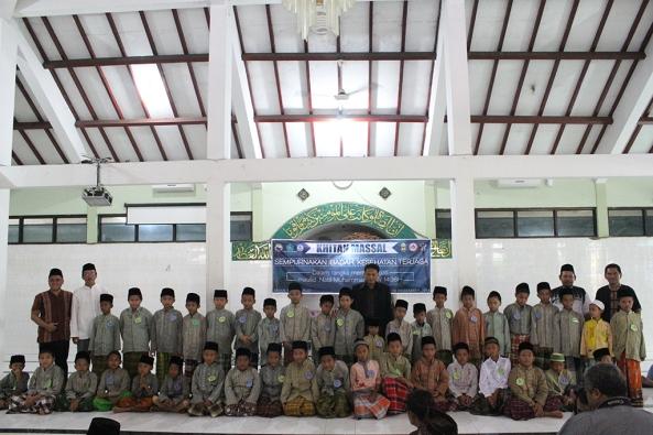 Seluruh peserta berfoto bersama di masjid Al-Ikhlas